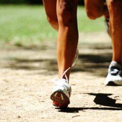 A superfície de corrida pode estar associado as lesões apresentadas por praticantes de corrida de rua. Veja estudo que compara os diferentes terrenos.