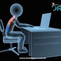 Posição sentada de forma prolongada gera dor de coluna